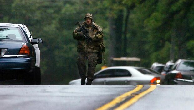 2014年9月13日,宾夕法尼亚州警官战术反应部门的一名成员沿着402号公路行走,在宾夕法尼亚州的一名士兵被杀,另一名士兵在前一晚在宾夕法尼亚州的一次枪击事件中受伤。
