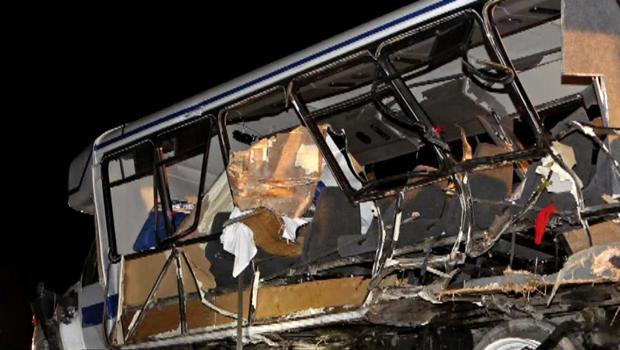2014年9月27日,在俄克拉荷马州戴维斯,一名清障车拆除了德克萨斯大学垒球队的公共汽车,因为俄克拉荷马公路巡逻队和紧急救援人员在一起致死事故现场。