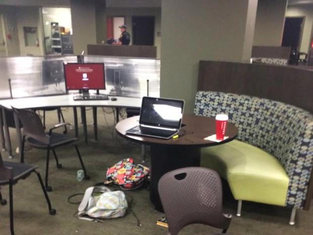 2014年11月20日拍摄后,学生们在佛罗里达州立大学塔拉哈西校区逃离Strozier图书馆时遗留物品。