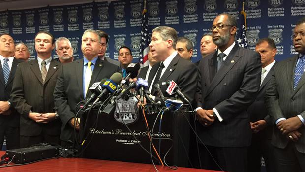 纽约市警察局局长帕特里克林奇在2014年12月4日的新闻发布会上发言,这是史坦顿岛大陪审团决定不在埃里克加纳死后起诉一名警官的第二天。