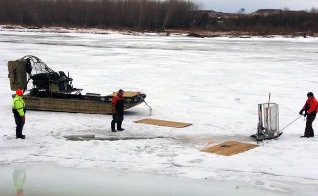 清理工人于2015年1月19日在蒙大拿州克雷恩附近的黄石河上挖洞,作为从上游管道泄漏中回收石油的努力的一部分,该泄漏释放了多达50,000加仑的原油