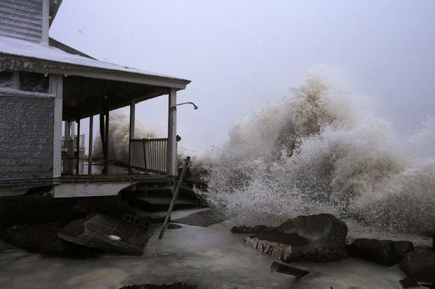 在飞溅期间,波浪碰撞反对海洋前面房子通过防波堤在Marshfield,2015年1月27日的马萨诸塞