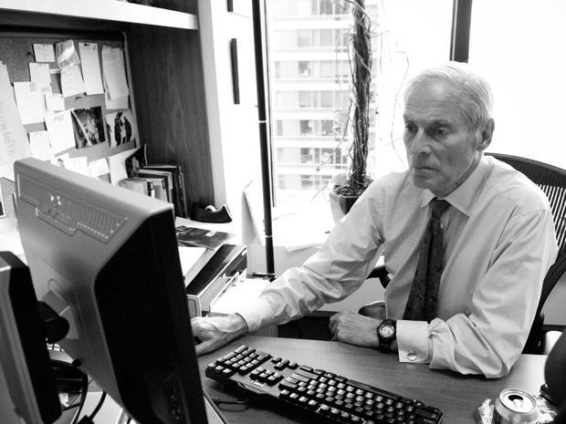 哥伦比亚广播公司新闻记者鲍勃西蒙在纽约办公室的办公桌上发了一张未注明日期的照片