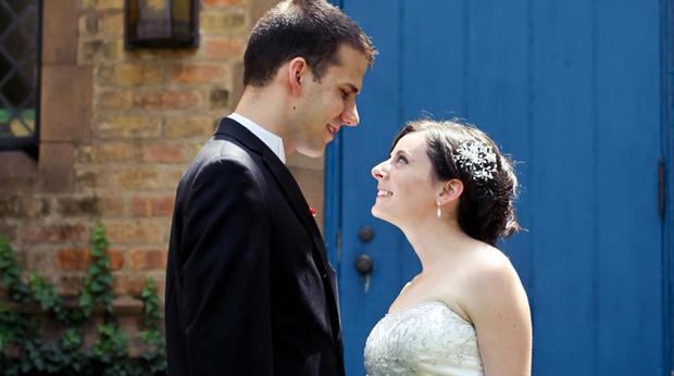 Tyler和Bethany Deaton在他们的婚礼当天