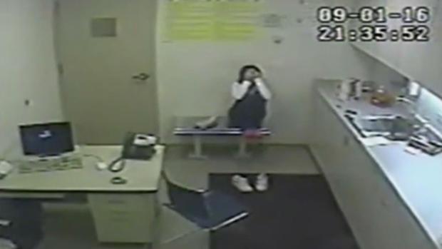 Melissa Calusinski的视频独自留在审讯室。