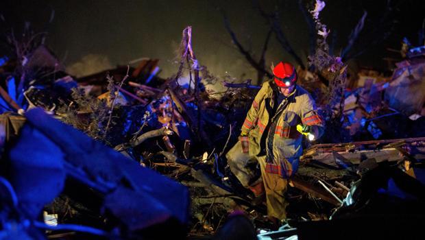 2015年4月9日伊利诺伊州Fairdale龙卷风袭击后,船员们在伊利诺斯州72号高速公路上搜寻残骸。
