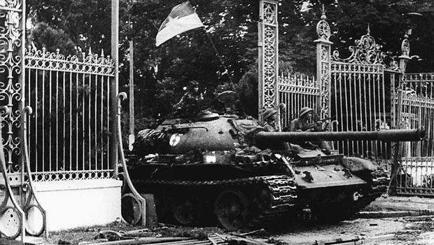 1975年4月30日西贡落入共产党军队手中,一辆北越共产主义坦克驶过美国支持的南越政权总统府的大门。