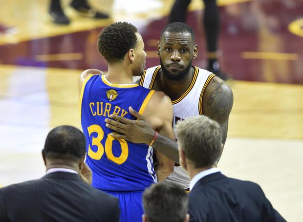 克利夫兰骑士队的勒布朗詹姆斯在Quicken Loans Arena举行的总决赛第六场第四节中与金州勇士队的斯蒂芬库里握手;勇士队以105-97赢得了他们4场比赛的第2场比赛以及NBA冠军