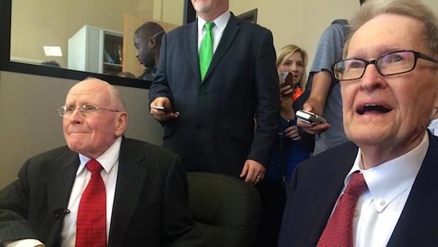 2015年6月26日,美国最高法院将同性婚姻合法化后,乔治哈里斯(左)和杰克埃文斯将出现在达拉斯。