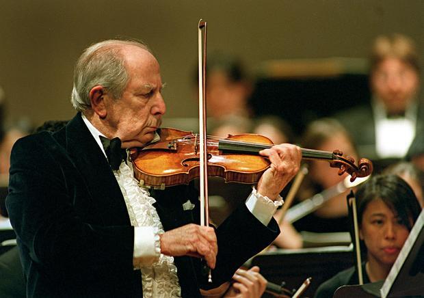 来自马萨诸塞州牛顿的Roman Totenberg于2001年2月5日在波士顿大学Tsai表演中心的舞台上为他的90岁生日音乐会庆祝小提琴独奏。
