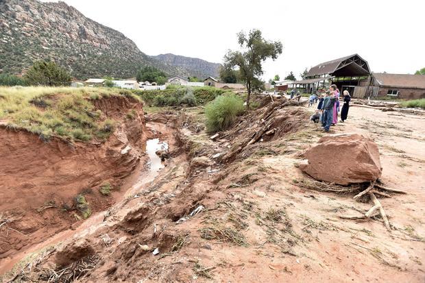 2015年9月15日,当暴雨袭击犹他州希尔代尔时,居民们看不起估计50英尺深的峡谷