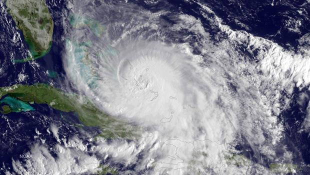 第4类飓风华金在2015年10月2日上午8点45分拍摄的NOAA GOES东卫星图像中,在大西洋的巴哈马群岛上可见。