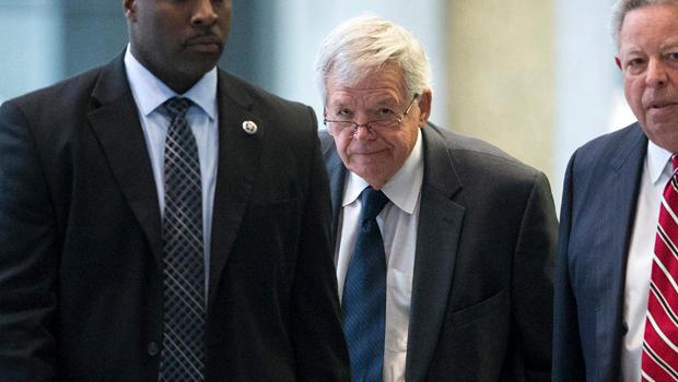 2015年10月28日,前共和党众议院议员丹尼斯·哈斯特(Dennis Hastert)被美国法警所包围,离开德克森联邦法院大楼。