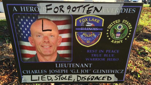 2015年11月4日,伊利诺伊州福克斯湖警察局外被查理的纪念标志查尔斯·约瑟夫·格里维凯茨