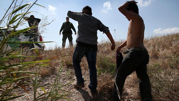 美国边境巡逻队在2015年8月7日在德克萨斯州麦卡伦越过边界从墨西哥进入美国后,拘留了无证移民。