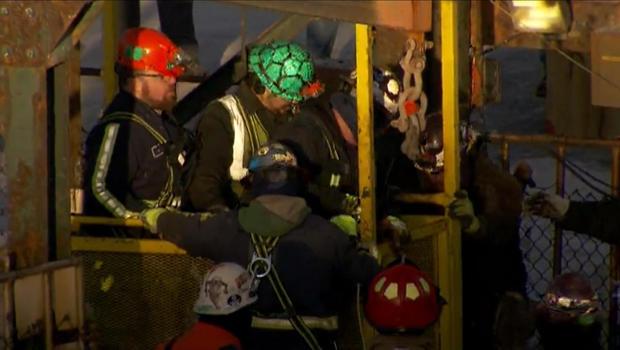 2016年1月7日,在纽约兰辛的嘉吉拥有的卡尤加盐矿,在地下数百英尺的地下停留了大约10个小时后,获救的盐矿工人到达地面。