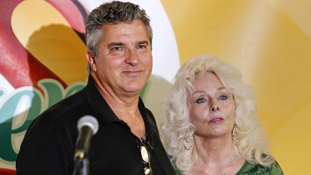 佛罗里达州墨尔本海滩的David Kaltschmidt和Maureen Smith在2016年2月17日在塔拉哈西州的彩票总部声称他们分享了历史性的强力球大奖后,在新闻发布会上与记者交谈。