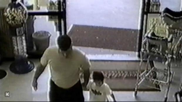 大卫寺和他的儿子在监视中看到