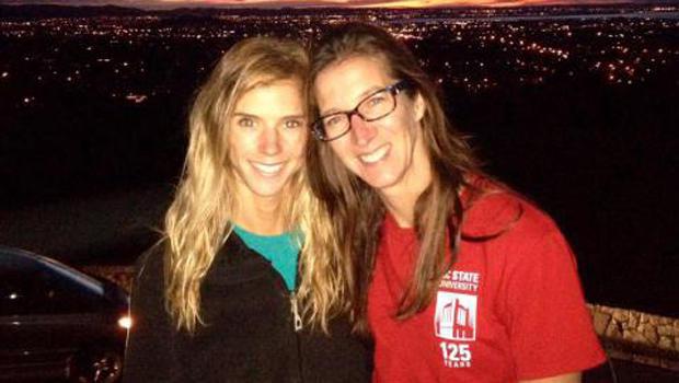 左手Rachel Lloyd和母亲Carolyn Lloyd在新西兰警方提供的这张照片中看到。