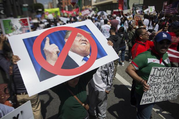 妇女在2016年5月1日的洛杉矶五月天行军期间进行批评唐纳德特朗普的招贴