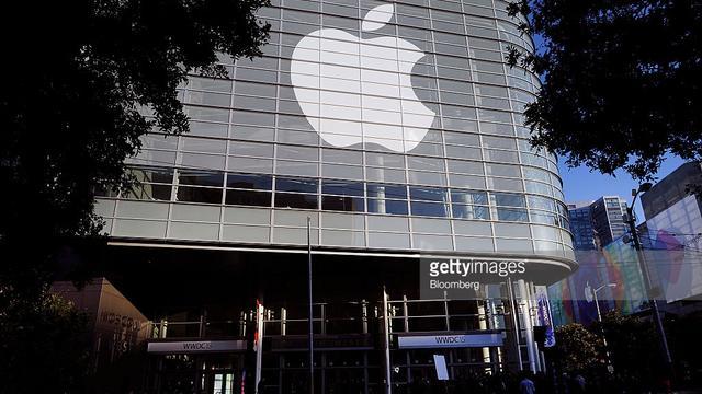 apple-logo-moscone.jpg