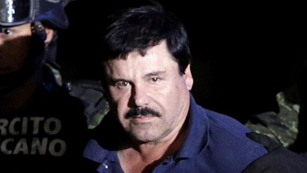 """2016年1月8日,墨西哥墨西哥城总检察长办公室的机库由士兵护送夺回毒枭Joaquin""""El Chapo""""Guzman。"""