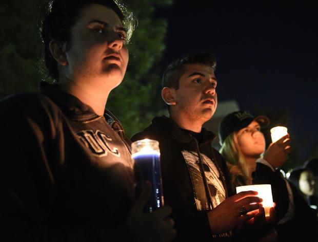 2016年6月2日在加州大学洛杉矶分校校园的被杀害教授威廉克鲁格烛光守夜的学生