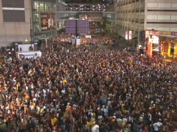 2016年6月19日骑士队在总决赛第7场比赛中接手金州勇士队时,成千上万的克利夫兰骑士队在克利夫兰市中心的快速贷款竞技场外球迷