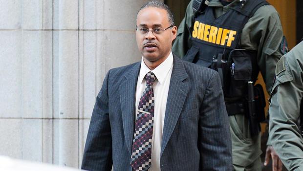 2016年6月14日,巴尔的摩警察Caesar Goodson在马里兰州巴尔的摩的黑人被拘禁者Freddie Gray的谋杀审判第四天结束时离开了法院。