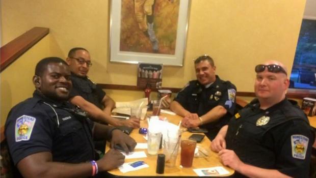 一群警察在宾夕法尼亚州霍姆斯特德的一家Eat'n Park餐厅用餐,这张照片提供给CBS匹兹堡KDKA-TV电视台。