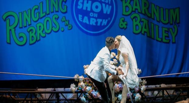Ringling Bros.和Barnum&Bailey的高丝步行者Mustafa Danguir和Anna Lebedeva在2016年7月26日在休斯顿举行的NRG公园高空线上30英尺高的地方交换婚礼誓言。得克萨斯州。