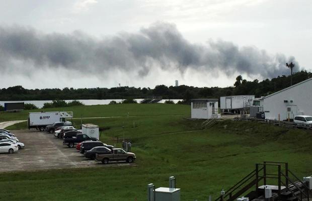 2016年9月1日,在佛罗里达州卡纳维拉尔角的SpaceX发射场,烟雾升起。美国国家航空航天局表示,当发生爆炸时,SpaceX正在对其无人火箭进行试射。