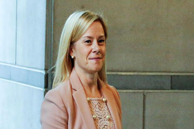 新泽西州州长克里斯克里斯蒂的前副参谋长布里奇特安妮凯利于2016年10月21日在新泽西州纽瓦克的马丁路德金联邦法院大楼的布里奇盖特审判中作证。