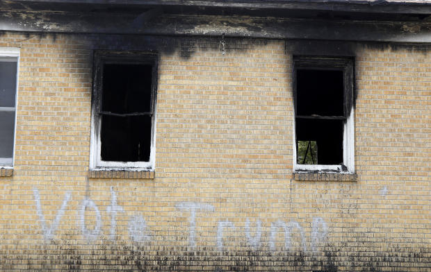 """""""Vote Trump""""喷涂在火灾受损的Hopewell M.B.侧面。浸礼会教堂在格林维尔,小姐,2016年11月2日。"""