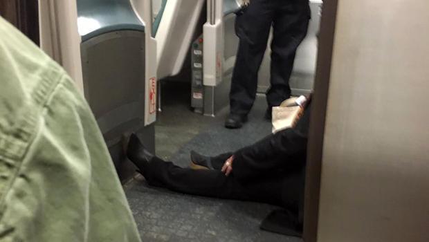 2017年1月4日,在纽约布鲁克林大西洋码头出轨的长岛铁路公路列车出轨后,一名通勤列车乘客坐在火车车厢的地板上。