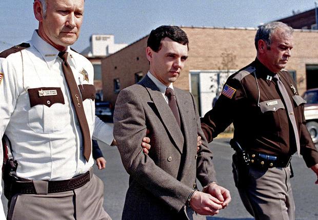被定罪的杀手唐纳德·哈维(Donald Harvey)于11月在肯塔基州伦敦承认八项谋杀指控和一项自愿过失杀人指控后,被肯塔基州劳雷尔县,警长弗洛伊德·布鲁米特(左)和一名身份不明的副手带回监狱。 2,198