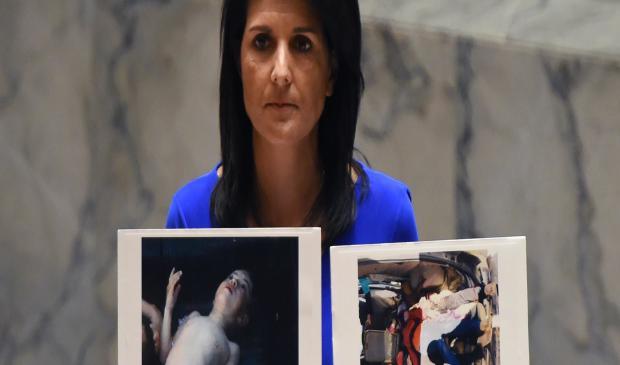 2017年4月5日,联合国安全理事会在联合国紧急会议上发表讲话时,美国驻联合国大使尼基·哈利(Hitki Haley)正在讲述受害者的照片。