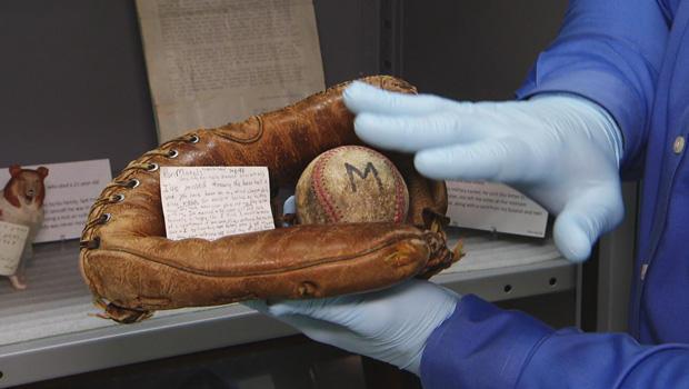 越南纪念馆,纪念品,棒球手套620.jpg