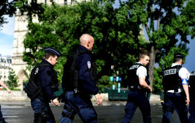 Man attacks officer with hammer near Notre Dame Cathedral