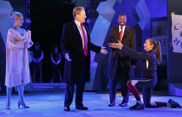 左边的Tina Benko描绘了Melania Trump扮演Caesar的妻子Calpurnia,以及左边中间的Gregg Henry,在公共剧院的自由莎士比亚戏剧排练中扮演特朗普总统饰演Julius Caesar的角色