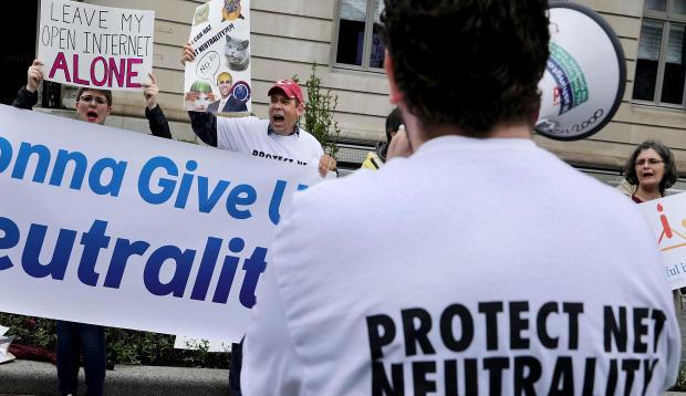 2017年5月5日抵达华盛顿之前,网络中立的支持者在美国企业研究所之外抗议联邦通信委员会主席Ajit Pai。