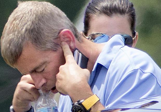 2017年7月11日,Anheuser-Busch前首席执行官August Busch IV在伊利诺伊州斯旺西警察局外的一辆汽车上接听电话。