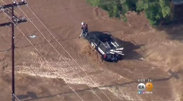 2017年8月3日,在南加州邻里大雨淹没后,几名司机被困并获救。