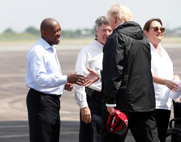 美国总统唐纳德特朗普在抵达休斯顿的艾灵顿球场后迎接休斯敦市长西尔维斯特特纳