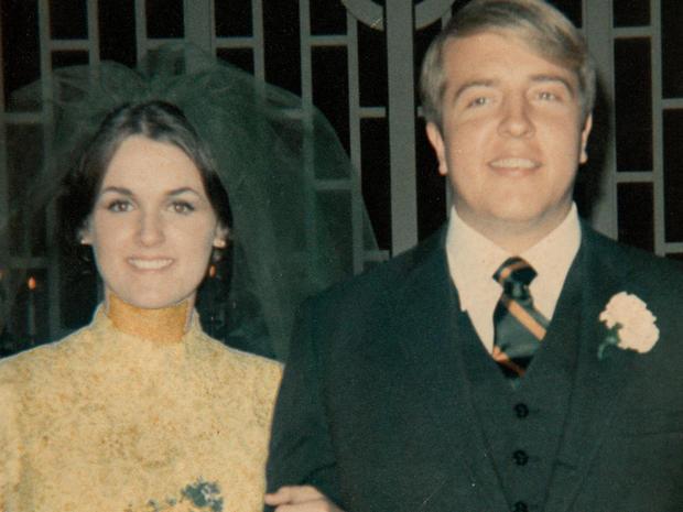 Raynella和Ed Dossett在他们的婚礼当天