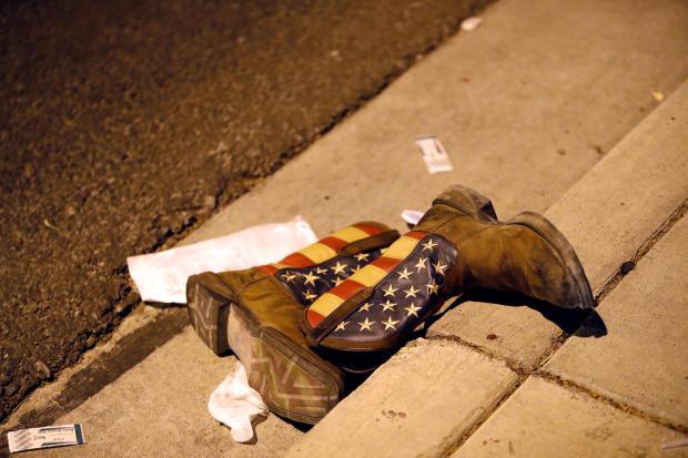 拉斯维加斯拉斯维加斯大道音乐节大规模拍摄后,在音乐会场外的街道上展示了一双牛仔靴