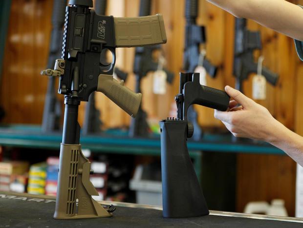 在Orem的Good Guys Gun Shop看到一个附着在半自动步枪上以增加射击速度的撞击火焰
