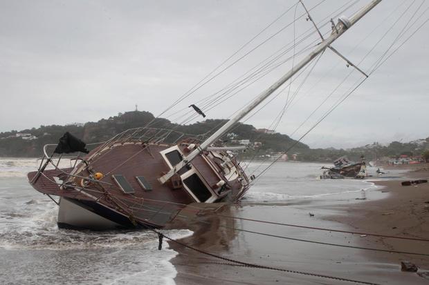 在San Juan del Sur海湾的岸边描绘了一艘受损的船