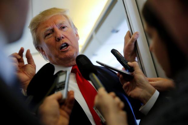 特朗普在前往越南河内的途中与记者交谈