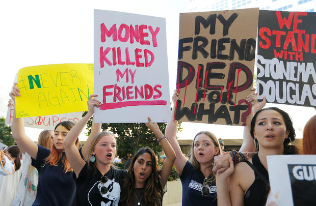 示威者参加劳德代尔堡美国法院的布劳沃德县枪支暴力行动